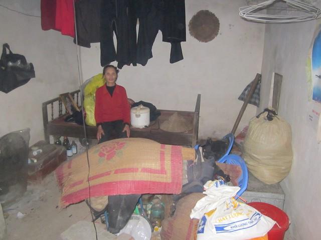 Bà Dưỡng trong căn nhà xập xệ trông ngóng sự trở về của người con trai. Ảnh: Đức Tùy