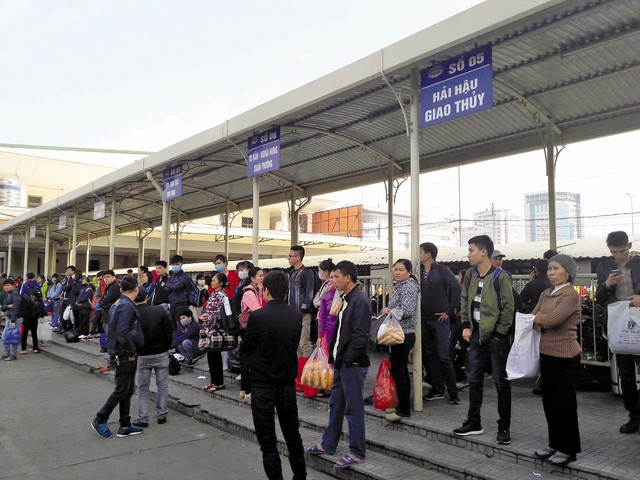 Việc không áp dụng mua, bán vé điện tử sẽ phát sinh cảnh hành khách ra bến, hết vé và phải chờ.     Ảnh minh họa