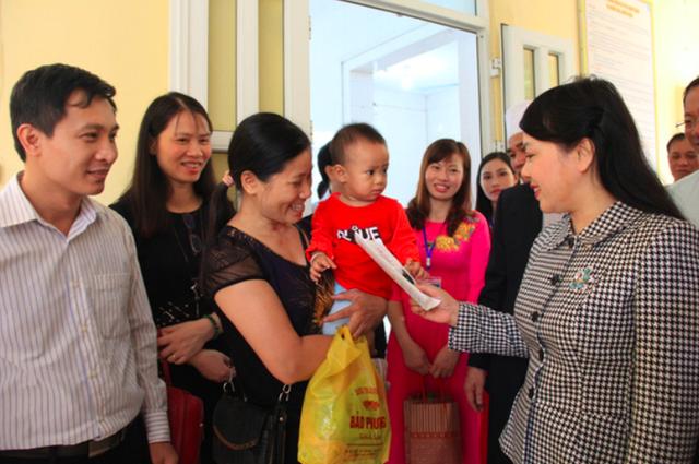 Bộ trưởng Bộ Y tế Nguyễn Thị Kim Tiến hỏi thăm người nhà bệnh nhân tại Trung tâm Y tế huyện Yên Lạc, Vĩnh Phúc. Ảnh: PV