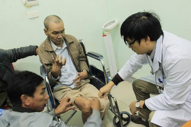 Bác sĩ Bệnh viện E khám cho bệnh nhân tại Hà Tĩnh.