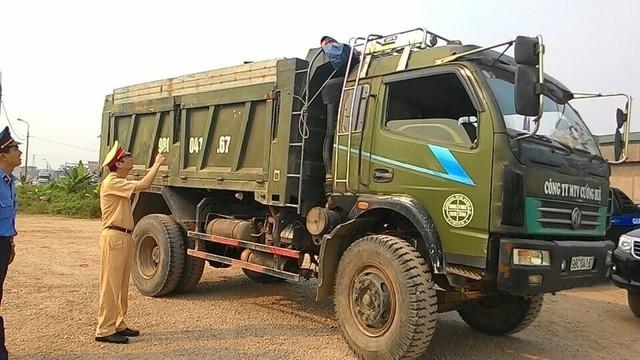 CSGT Bắc Giang và lực lượng liên ngành xử lý xe vi phạm quá tải, quá khổ