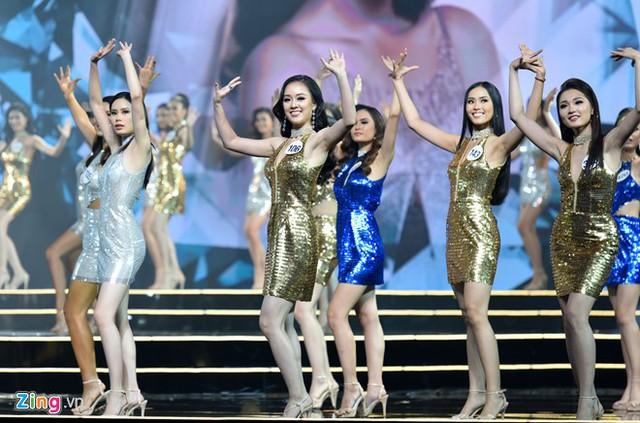 42 thí sinh xuất hiện gợi cảm trong vũ điệu sôi động. Ảnh: Zing