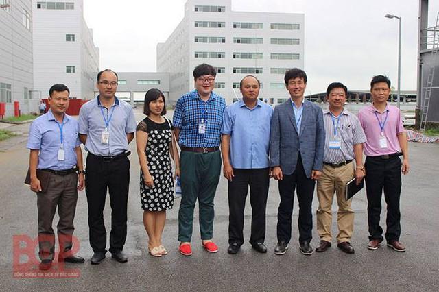 Ngày 20/9/2017, Chủ tịch UBND tỉnh Bắc Giang Nguyễn Văn Linh thăm và chụp ảnh lưu niệm cùng ban lãnh đạo công ty Lens (ảnh: Cổng TTĐT Bắc Giang)