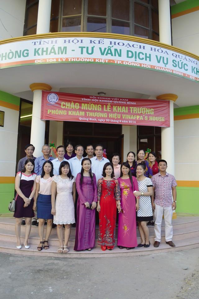 Lãnh đạo Hội KHHGĐ Việt Nam tại lễ khai trương Phòng khám VINAFPA's House tại Quảng Bình. Ảnh: T.L