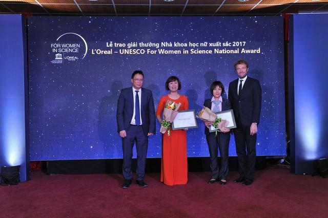 PGS.TS Nguyễn Thị Hoài và Tiến sĩ Trần Thị Ngọc Dung nhận giải thưởng