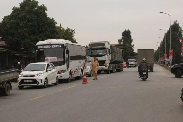 Lực lượng chức năng có mặt tại hiện trường tiến hành phân luồng giao thông...