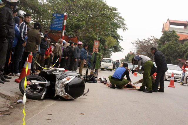 Chiếc xe máy nằm cách nạn nhân tử vong không xa