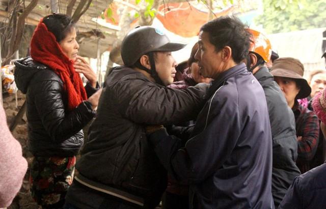 Con trai cùng người thân nạn nhân khóc ngất khi đến hiện trường sự việc