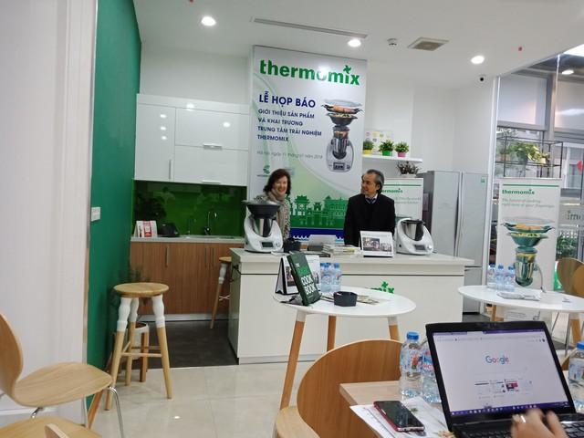 Ông Bùi Đăng Quang (phải) - Giám đốc Công ty Modern Cook giới thiệu sản phẩm Thermomix tại buổi họp báo.