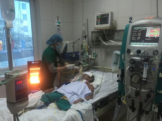 Cấp cứu cho bệnh nhân nhiễm trùng huyết tại Bệnh viện Bệnh Nhiệt đới Trung ương.     Ảnh: V.Thu