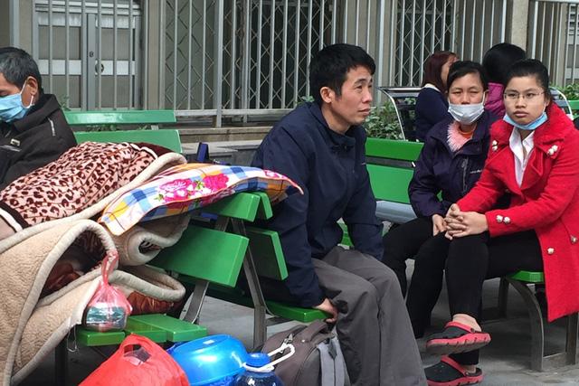 Trời rét, vật bất ly thân với những người đi chăm nuôi người ốm là chiếc chăn bông to sụ. (Ảnh chụp tại Bệnh viện Bạch Mai ngày 12/1). Ảnh: Q.An