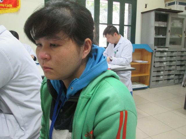 Chị Kim Thị Lý khóc nấc khi kể về hoàn cảnh gia đình. Ảnh: Ngọc Thi
