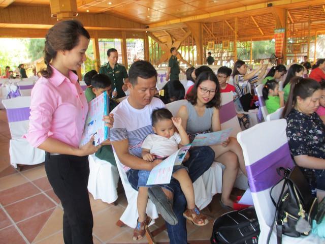 Truyền thông về bình đẳng giới, giảm thiểu mất cân bằng giới tính khi sinh cho người dân. Ảnh: Trang Nguyễn