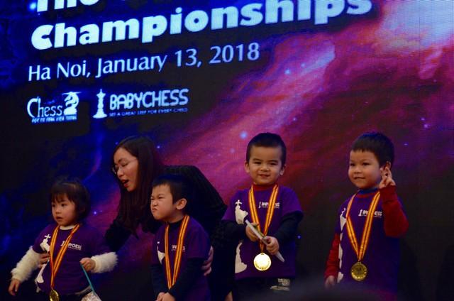 Các kỳ thủ nhí 3 tuổi được trao huy chương Chiến thắng.