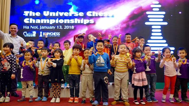 Các kỳ thủ nhí 4 tuổi nhận Cúp chiến thắng và huy chương của giải đấu