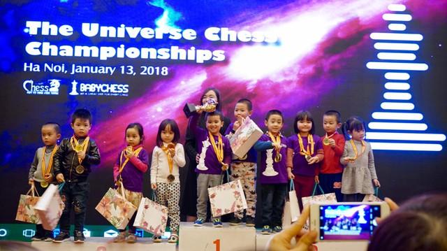 Các kỳ thủ 5 tuổi ăn mừng huy chương.