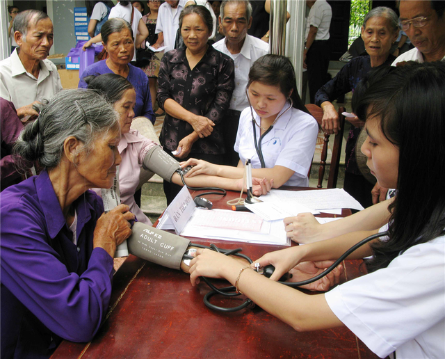Chăm sóc sức khỏe người cao tuổi tại cộng đồng. Ảnh:Hà Anh