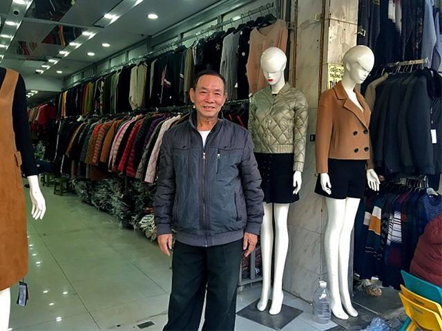 Nằm trên con phố Hàng Đào nổi tiếng, căn nhà 3 tầng, rộng 200 mét vuông của gia đình ông Nguyễn Thái An (SN 1943, phường Hàng Đào, quận Hoàn Kiếm, Hà Nội) là một trong những căn nhà cổ của Hà Nội còn giữ lại được những nét kiến trúc nguyên thủy bên trong. Ảnh: Thanh Hải            Ông Thái An chia sẻ, thời Pháp thuộc, phố Hàng Đào có tên Rue de la Soie (phố bán lụa). Đây từng được ví là khu phố buôn bán sầm uất, nổi tiếng nhất nhì đất Hà thành. Ảnh: Tư liệu            Cha mẹ ông vốn là nhà buôn có tiếng ở phố Hàng Đào với thương hiệu vải lụa Thái An. Ảnh: Nhân vật cung cấp  Căn nhà của gia đình ông Thái An được xây dựng khoảng năm 1948 - 1950. Thời điểm cha mẹ ông làm ăn kinh doanh phát đạt, ngoài 8 người trong gia đình ông, căn nhà này từng có hàng chục gia nhân ở. Ảnh: Thanh Hải            Nhà gồm hai dãy nối với nhau bằng một khoảng sân nhỏ. Ảnh: Nhật Linh            Nhà được xây dựng theo kiểu bám theo mặt phố để tiện lợi cho việc buôn bán, bố cục hình ống, chia thành nhiều lớp, có chức năng sử dụng khác nhau và được thông gió, lấy sáng tự nhiên bằng các giếng trời. Ảnh: Nhật Linh            Căn nhà của gia đình ông Thái An có đầy đủ các phòng chức năng, sân vườn, ngoài ra còn có chỗ bán hàng, kho hàng, chỗ nghỉ ngơi, sinh hoạt chung.... Ảnh: Nhật Linh Hiện, các căn nhà ống ở phố cổ với kiến trúc như của gia đình ông Thái An hầu như biến mất. Căn nhà của gia đình ông Thái An may mắn vẫn giữ được nguyên vẹn. Ảnh: Thanh Hải            Cửa gỗ màu xanh lá, tường quét vôi vàng là màu đặc trưng của kiến trúc thời Pháp thuộc ở khu phố cổ. Ảnh: Thanh Hải            Chiếc quạt trần bền bỉ theo năm tháng. Ảnh: Nhật Linh            Hai chiếc ghế và đôn cổ bằng gỗ lim được cha mẹ ông Thái An dùng tiếp khách. Ảnh: Thanh Hải            Chiếc tràng kỷ lớn, có tuổi đời gần 100 năm vẫn được ông Thái An giữ gìn. Ảnh: Nhật Linh            Cầu thang dẫn lên các tầng đã nhuốm màu rêu phong theo năm tháng. Ảnh: Thanh Hải            Ông Thái An kể, thời gian kinh doanh lụa thịnh vượng