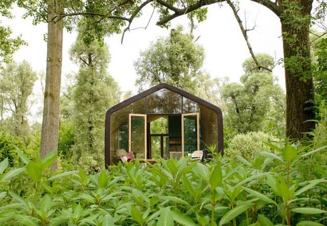 Với diện tích tổng thể khoàng hơn 50m2, xung quanh được lắp ghép bằng loại gỗ công nghiệp không thấm nước giúp ngôi nhà bền đẹp ở mọi điều kiện thời tiết khác nhau.