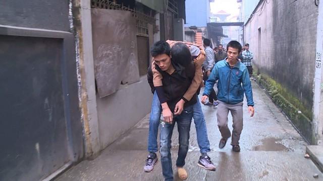 Người dân hỗ trợ lực lượng chức năng đưa người bị thương đi cấp cứu. Ảnh: Báo Giao thông
