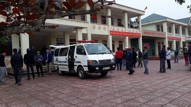 Xe cứu thương đến chở thi thể em L. về nhà sáng nay