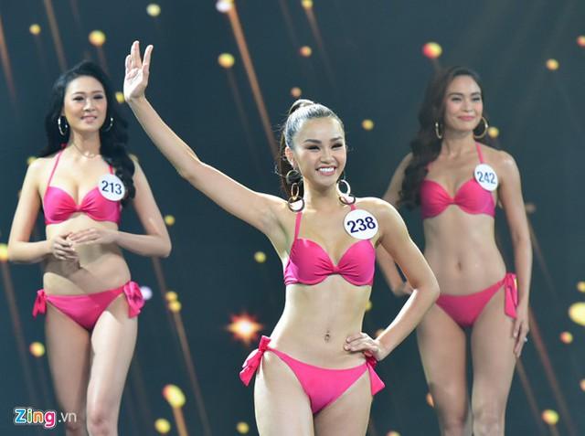 Dù vướng tranh cãi lộ video phản cảm nhưng Lê Thu Trang liên tiếp lọt top cao. Cô là một trong 10 thí sinh bước vào vòng Trình diễn trang phục dạ hội.