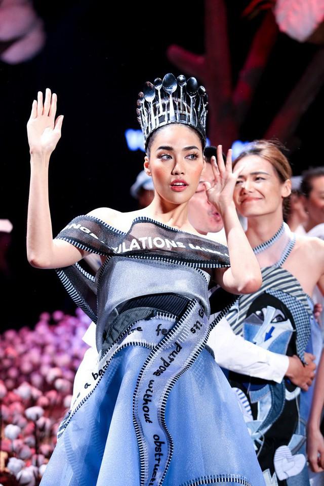 Đừng chỉ quan tâm đến thị phi, mà quên rằng Lan Khuê cũng là một người mẫu có những bước catwalk thần sầu khó ai sánh bằng