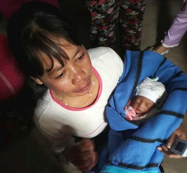 Giải cứu bé sơ sinh còn nguyên dây rốn bị bỏ dưới hầm nhà vệ sinh
