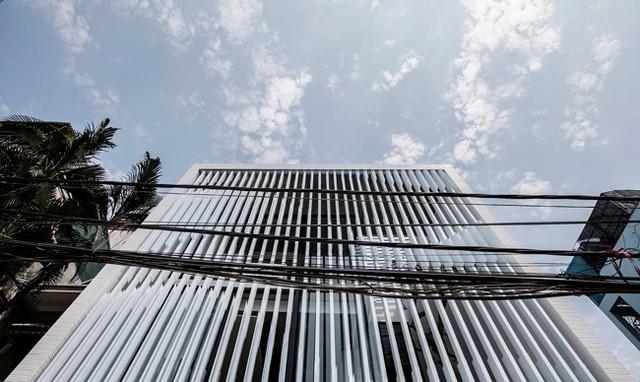 Ngôi nhà được xây dựng trên mảnh đất diện tích 7x18m, nằm trong khu dân cư đông đúc thuộc làng Tứ Liên, quận Tây Hồ, Hà Nội.