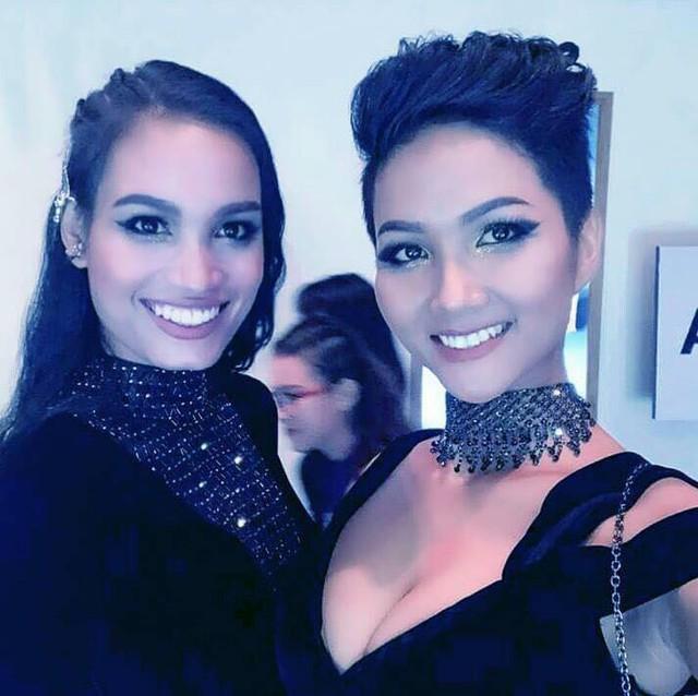 H'Ăng Niê (trái) bên cạnh Tân Hoa hậu Hoàn vũ .