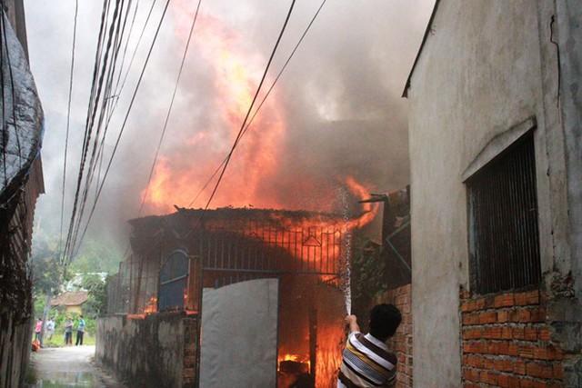 Vừa xuống thăm con, người cha tự thiêu khiến ngôi nhà cháy rụi
