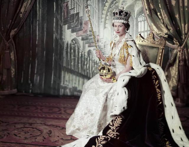 Nữ hoàng Anh Elizabeth II chính thức lên ngôi vào ngày 2/6/1953 sau khi phụ vương bà là vua George VI bất ngờ qua đời khi đang ngủ.