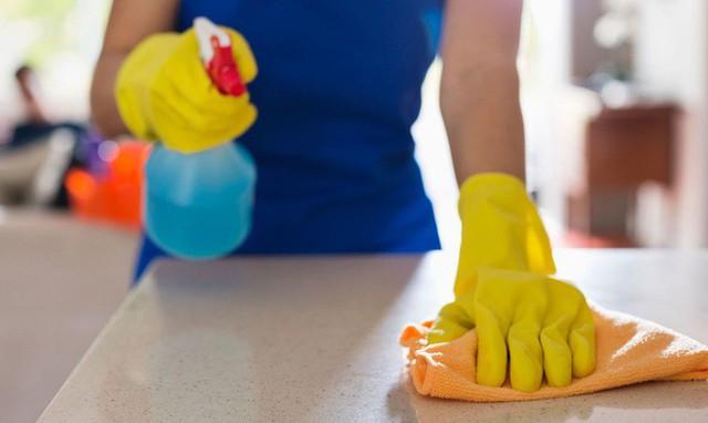 Sử dụng dấm để vệ sinh sàn nhà rất hiệu quả.