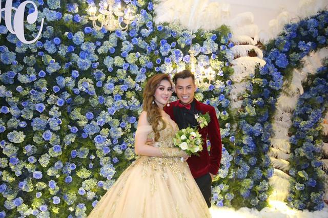 Sau đám cưới tại nhà trai ở Vũng Tàu, hôm nay (11/1), vợ chồng Lâm Khánh Chi mở tiệc mừng tại một trung tâm tiệc cưới sang trọng ở Sài Gòn. Không gian sảnh đón khách được trang trí lãng mạn với hoa cẩm tú cầu.