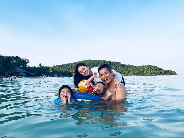 Để trốn cái lạnh của mùa đông Hà Nội, vợ chồng Jennifer Phạm đã đưa hai con Na và Nu đi du lịch tại một resort sang trọng ở Phú Quốc. Các thành viên dành phần lớn thời gian để bơi lội, tận hưởng không khí trong lành của biển.