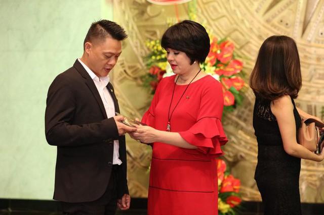 Vừa sinh con thứ 2, MC Diễm Quỳnh đã tất bật trở lại với công việc.