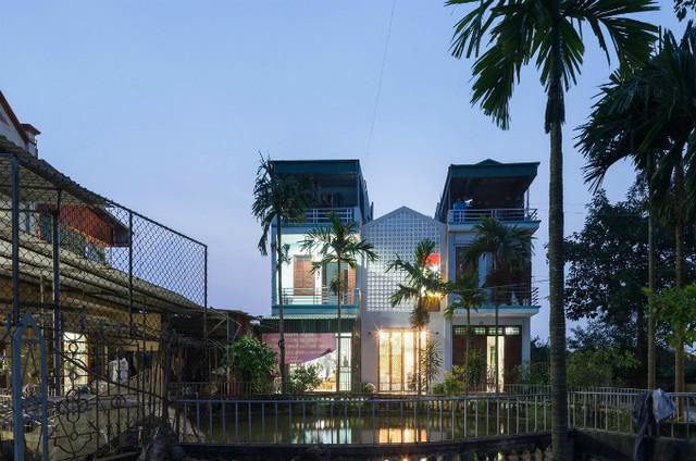 Ngôi nhà màu trắng thấp hơn các nhà xung quanh nhưng diện tích sử dụng bên trong không hề nhỏ.