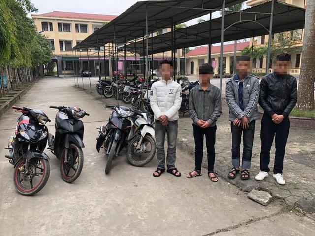 4 học sinh bị bắt giữ cùng tang vật vụ án.