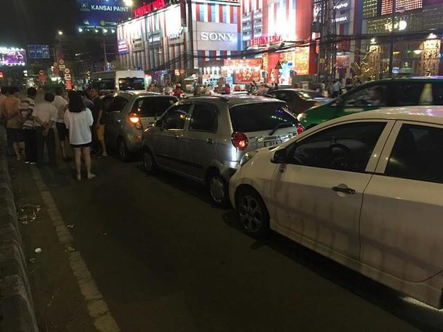TP.HCM: Va chạm liên hoàn 6 xe ô tô, nhiều người trên xe hốt hoảng la hét kêu cứu