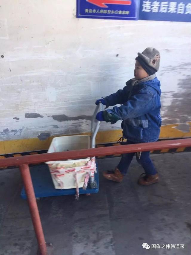 Mẹ tái giá, bố bặt vô âm tín, bé trai 6 tuổi phải đi giao hàng giữa trời đông để kiếm sống