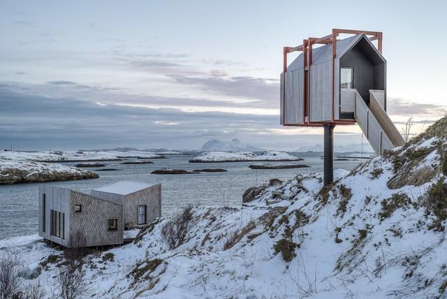 Khu nghỉ dưỡng Fordypningsrommet toạ lạc trên hòn đảo hẻo lánh Fleinvær, nằm ở phía bắc Na Uy. Điểm đặc biệt của khu nghỉ dưỡng này là những phòng khách sạn được thiết kế nằm cheo leo trên vách núi đá tuyết vùng Bắc Cực.