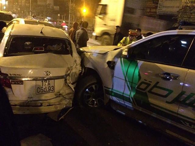 Va chạm giao thông liên hoàn khiến 4 chiếc xe ô tô 'dồn toa', hư hỏng nặng trên phố Hà Nội