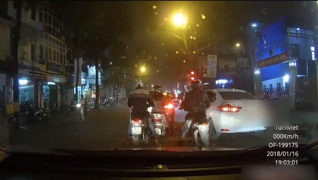 Hà Nội: Dừng đèn đỏ, người phụ nữ bị 2 thanh niên dàn cảnh giật phăng túi xách trong tích tắc