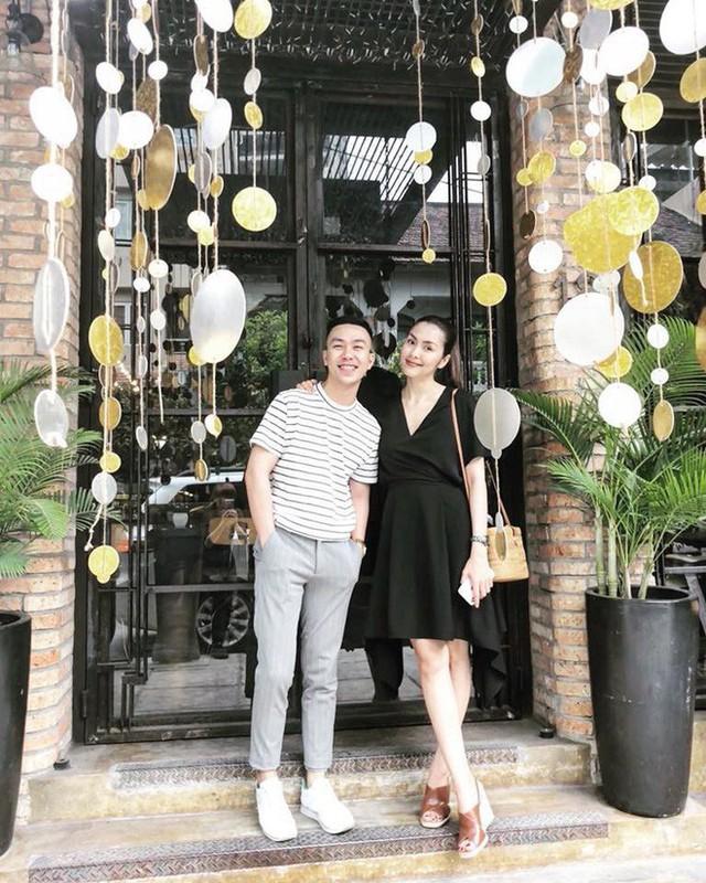 Dù mặc đầm đen dáng chữ A, Hà Tăng vẫn để lộ vòng hai khá lớn.