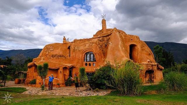 Căn biệt thự bằng đất sét có tên là Casa Terracotta, được xây dựng ở thị trấn Villa de Leyva, một vùng quê của Colombia.