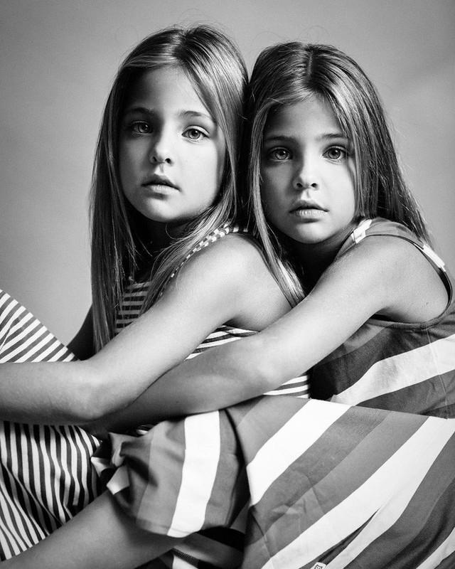 Mãi đến năm Leah và Ava tròn 7 tuổi, ngày 7/7/2017, chị Jaqi đã lập cho các con một tài khoản Instagram và đăng những tấm ảnh đầu tiên. Không ngờ rằng chỉ sau một đêm, hình ảnh hai cô bé xinh đẹp với những đôi mắt long lanh hút hồn đã khiến cho cư dân mạng vô cùng thích thú và ngưỡng mộ.