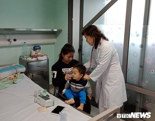 TS.BS Lê Thị Hồng Hanh thăm khám cho trẻ tại Khoa Hô hấp, bệnh viện Nhi Trung Ương (Ảnh: Lệ Chi)