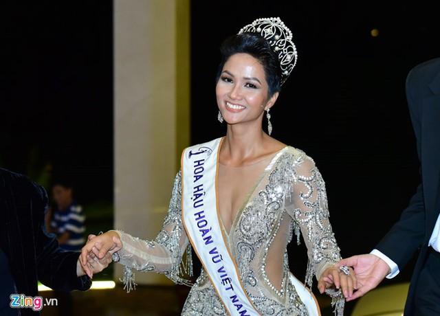 Tân Hoa hậu HHen Niê bị một số người chê bai về mái tóc ngắn và màu da nâu.