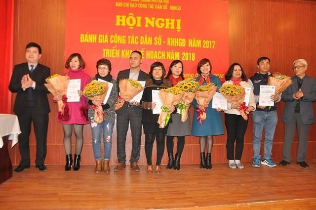 Đại diện Hội Nhà báo TP và Ban Tuyên giáo Thành ủy Hà Nội trao giải cho các nhà báo có tác phẩm đoạt giải. Nhà báo Việt Hà, Báo Gia đình & Xã hội (thứ năm từ trái qua) nhận giải A.