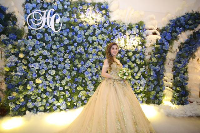 Trong ngày trọng đại, ca sĩ chuyển giới diện bộ soiree ánh kim bồng bềnh như công chúa.